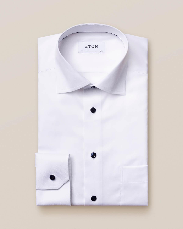 Vit twillskjorta med mörkblå detaljer