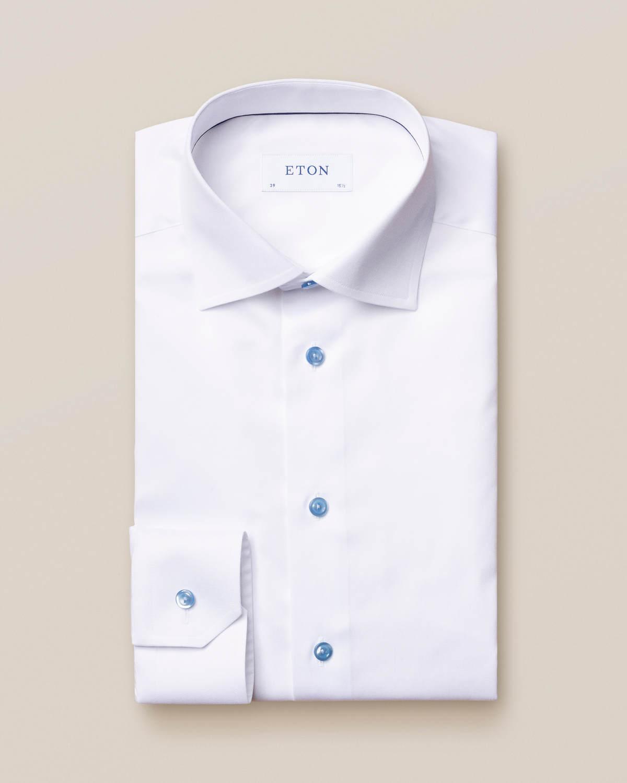 Vit twillskjorta med blå detaljer