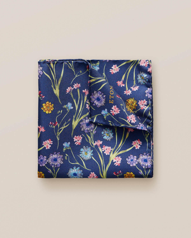 Marinblå näsduk med blombuketter