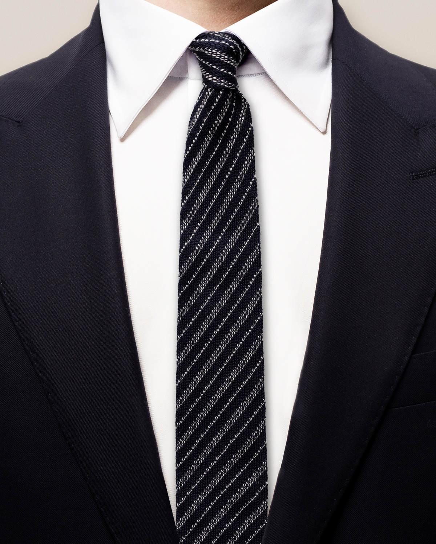 Marinblå stickad slips med ränder