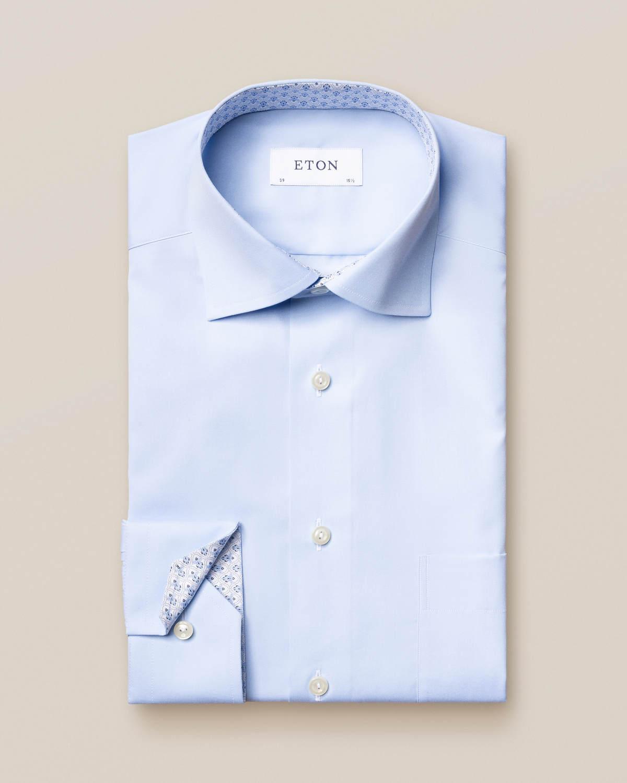 Ljusblå poplinskjorta med detaljerat mikroprint