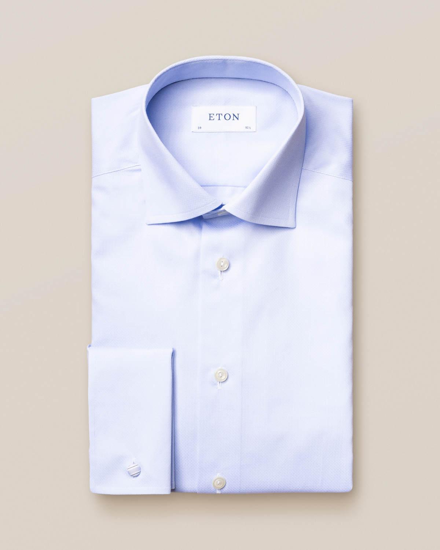 Ljusblå skjorta med flätat mikromönster