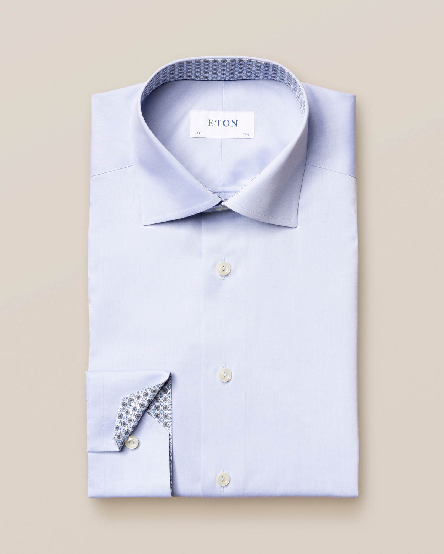 Ljusblå twillskjorta med geometriska detaljer