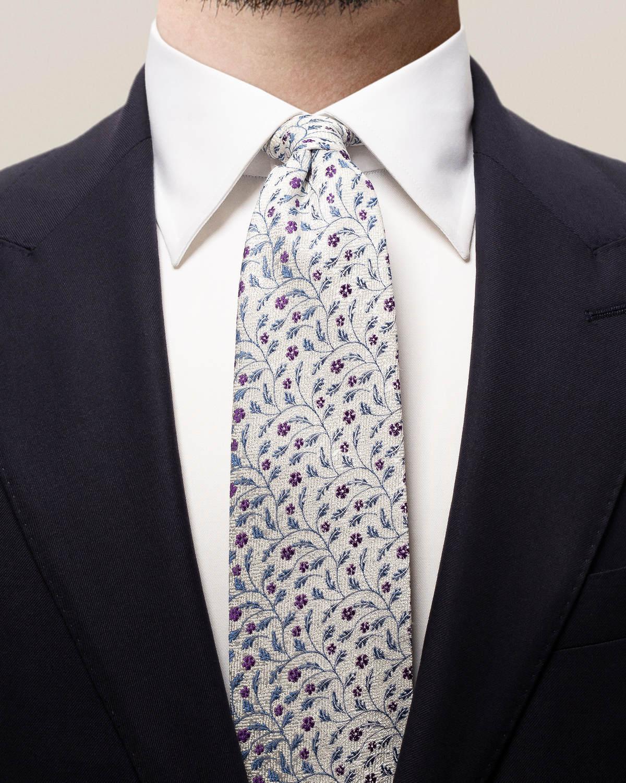 Vit slips med blommor