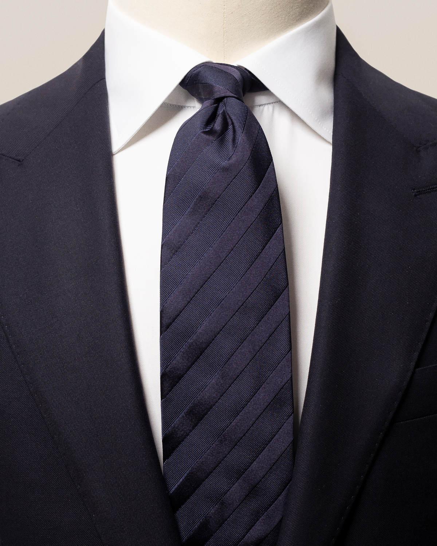Marinblå slips med vävda ränder