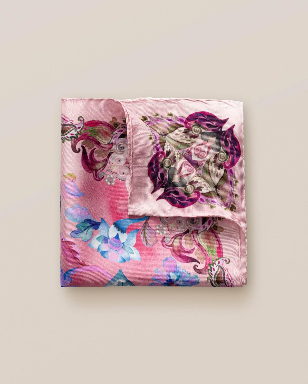 Rosa näsduk med blommor