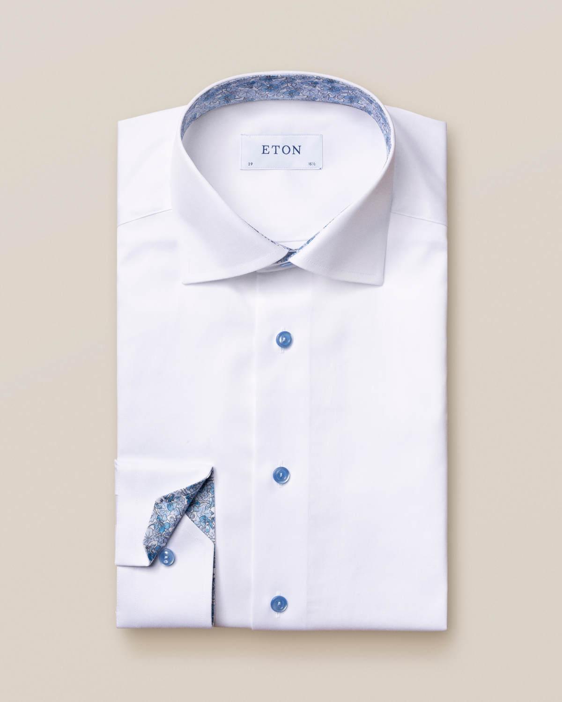 Vit twillskjorta – blå detaljer